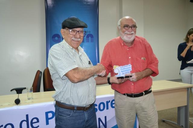 O professor Dirceu Ribeiro recebeu a homenagem, representando a professora Maria das Dores